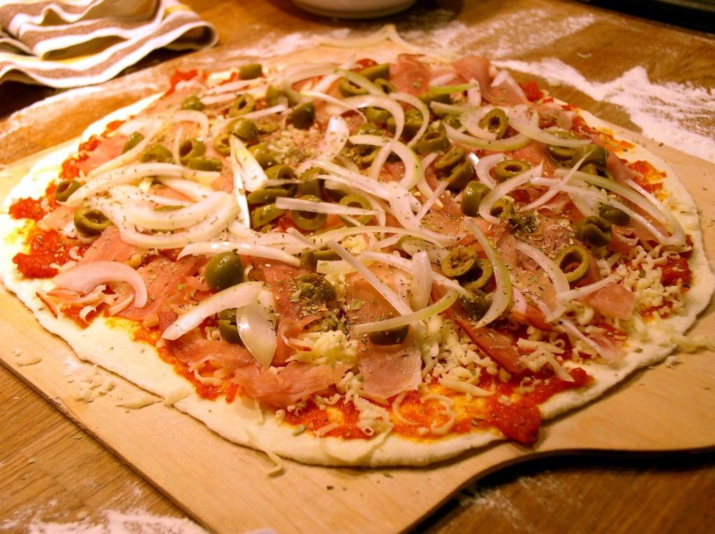 pizza_rzymska_szynka_oliwki_cebula