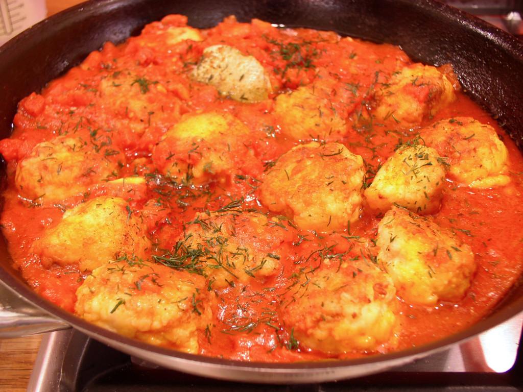 kotleciki-rybne-w-sosie-pomidorowym-patelnia