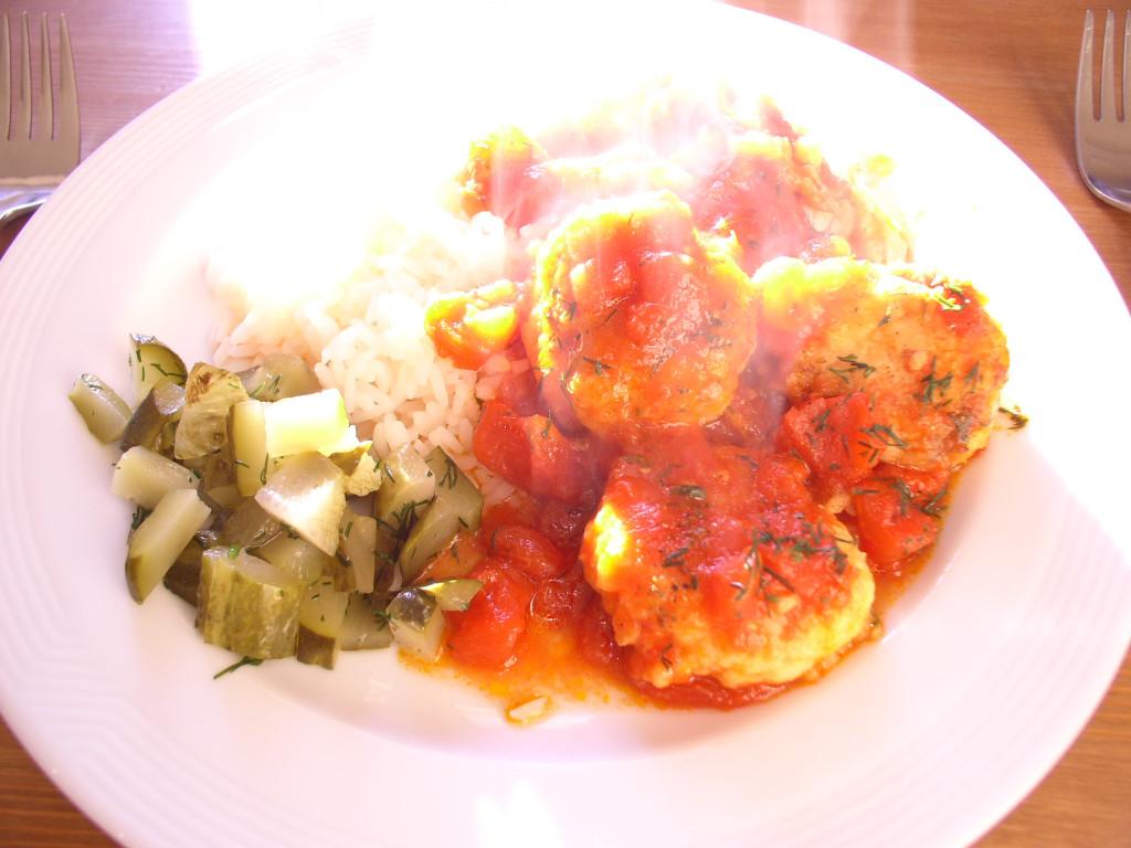 kotleciki-rybne-w-sosie-pomidorowym-przepis