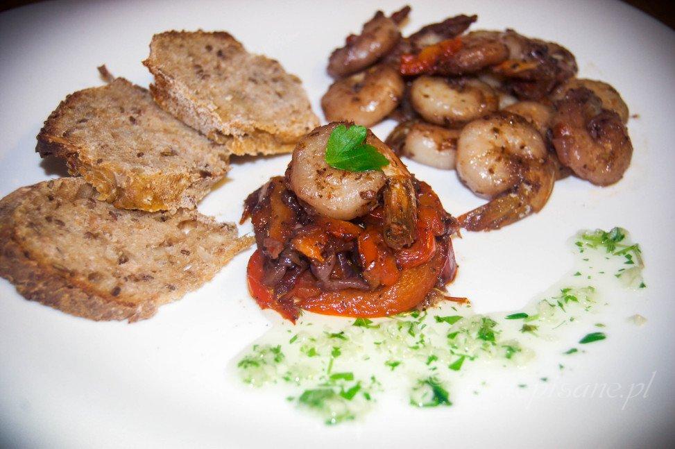 Krewetki z cebulą, papryką i czosnkiem na czerwonym winie