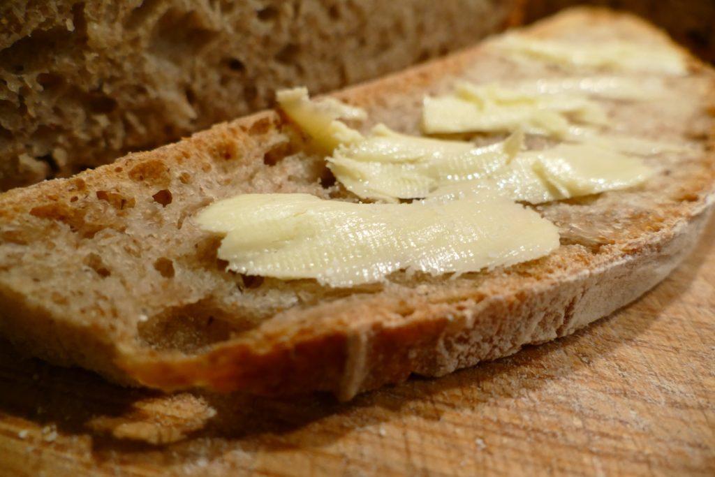 chleb-wiejski-przepis-z-maselkiem