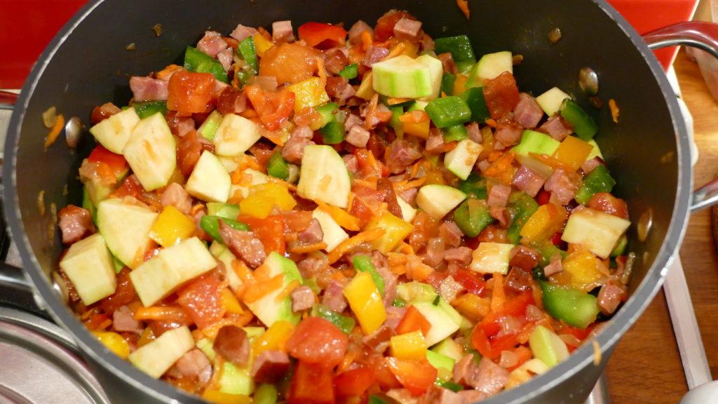 leczo-przepis-papryka-cukinia-kielbasa-boczek-pomidory