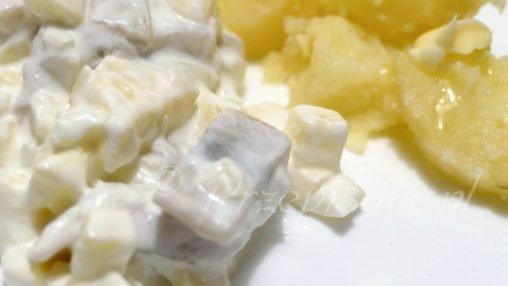 sledzie-w-smietanie-salatka-z-jablkiem-cabula-ziemniaki-przepis