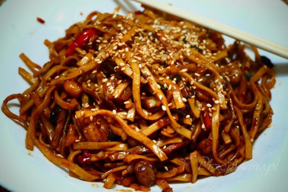makaron-smazony-chow-mein-z-krewetkami-przepis